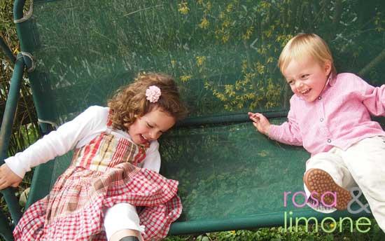 Kids-auf-Schaukelstuhl