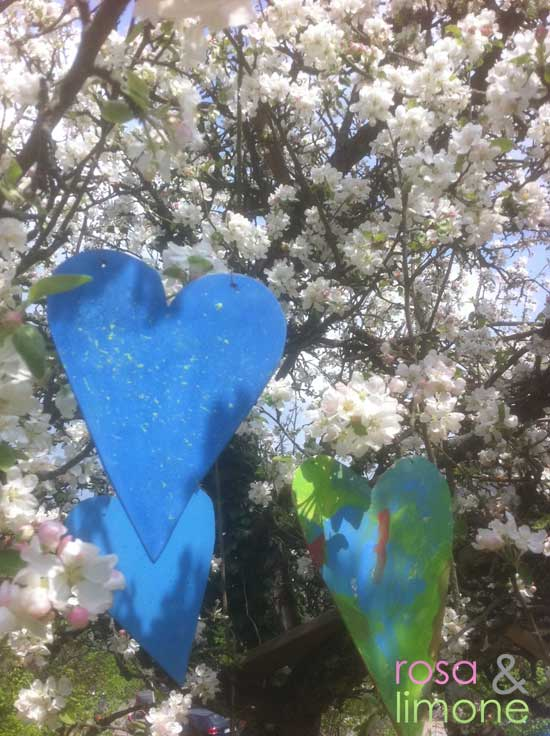 Herzen-im-blühenden-Baum