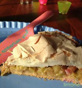 Rhabarberkuchen-Stück-auf-Etagere-freigestellt-rosa&limone