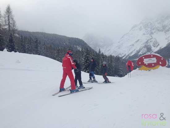 Grosse-auf-Skiern-Skikurs-rosa&limone
