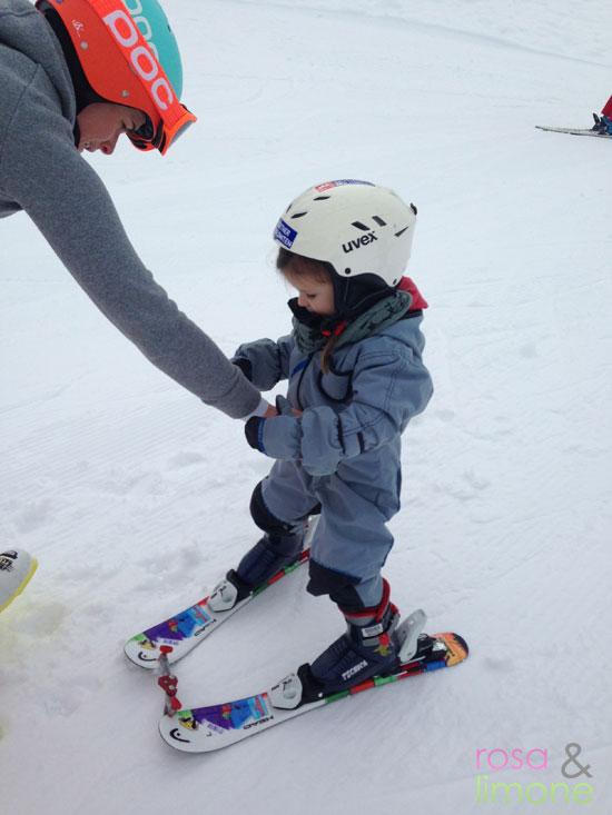 Lina-auf-Skiern-Skikurs-2-rosa&limone