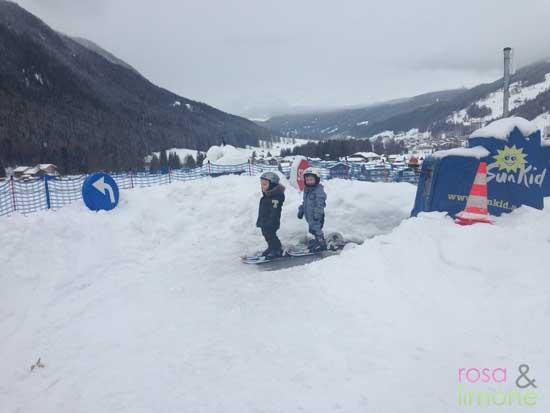 Lina-und-Mats-auf-Skiern-2-Skikurs-rosa&limone