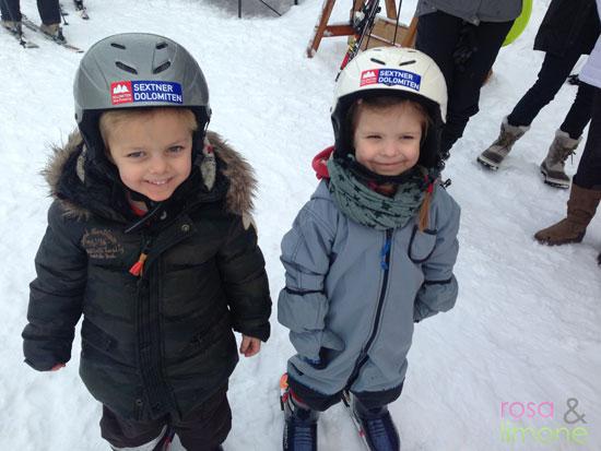 Lina-und-Mats-auf-Skiern-3-Skikurs-rosa&limone
