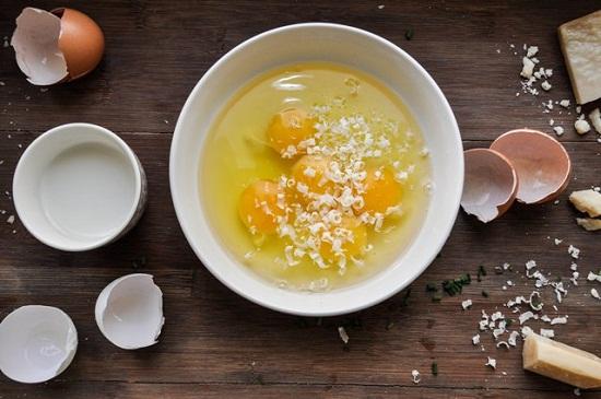 Zucchini-Frittata Ei mit Käse