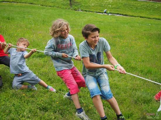 Jungs-Seil-ziehen-Suedtirol