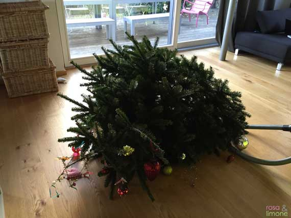 umgefallener-Weihnachtsbaum-rosaundlimone