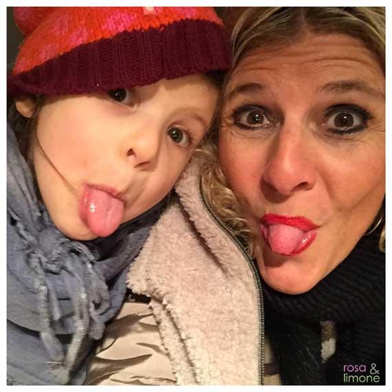 Kids-Winterstyles-rosaundlimone-Mutter-Tochter-Zunge-raus