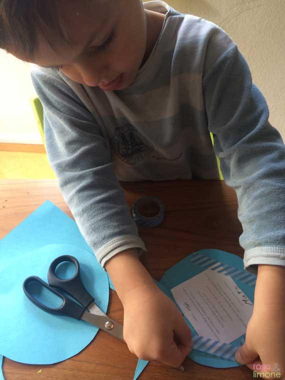 Heissluftballon-Kindergeburtstagseinladung-Junge-rosaundlimone-Mats-konzentriert