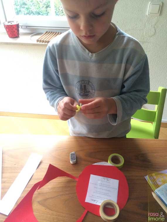 Heissluftballon-Kindergeburtstagseinladung-Junge-rosaundlimone-kleben