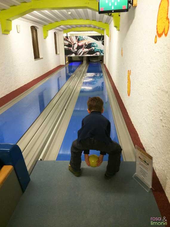 Kinderhotel-Oberjoch-rosaundlimone-kegelbahn