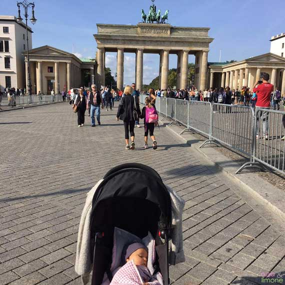 Berlin Brandenburger Tor mit Baby