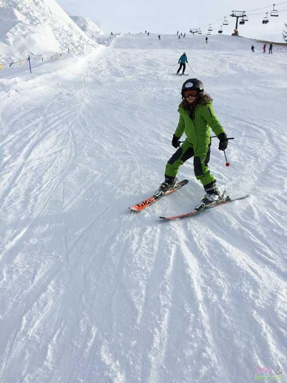 ReimaGO-Louisa-beim-Skifahren