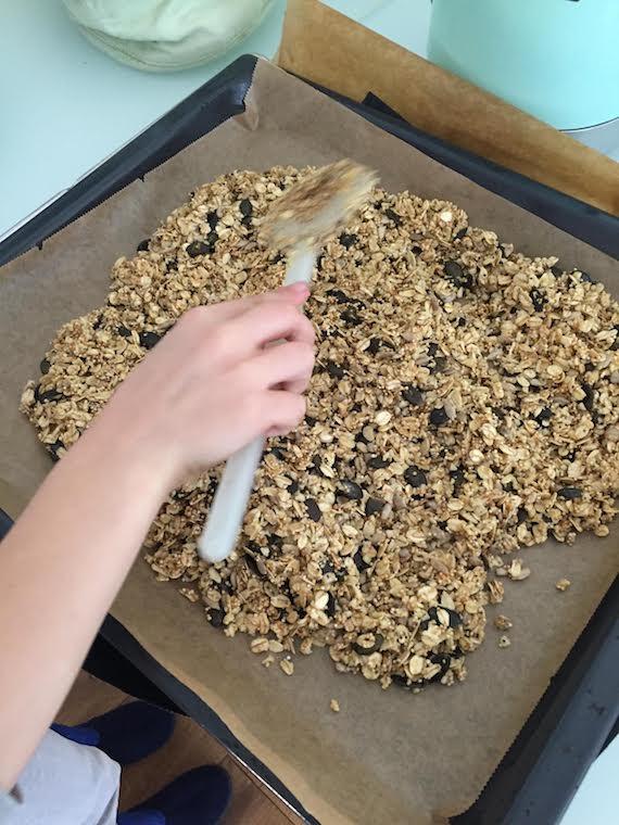 Granola mit Joghurt und Himbeersoße 3