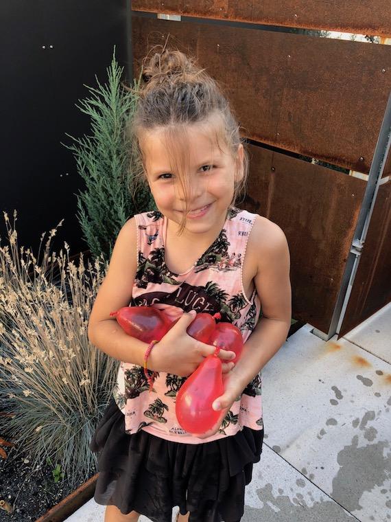 Lina mit Wasserbomben