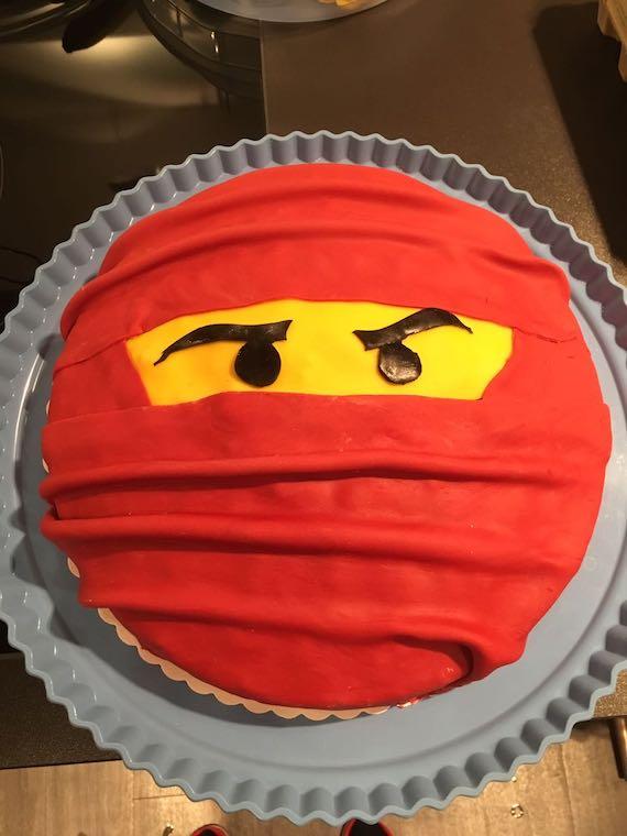 Ninjakuchen mit rotem Fondant