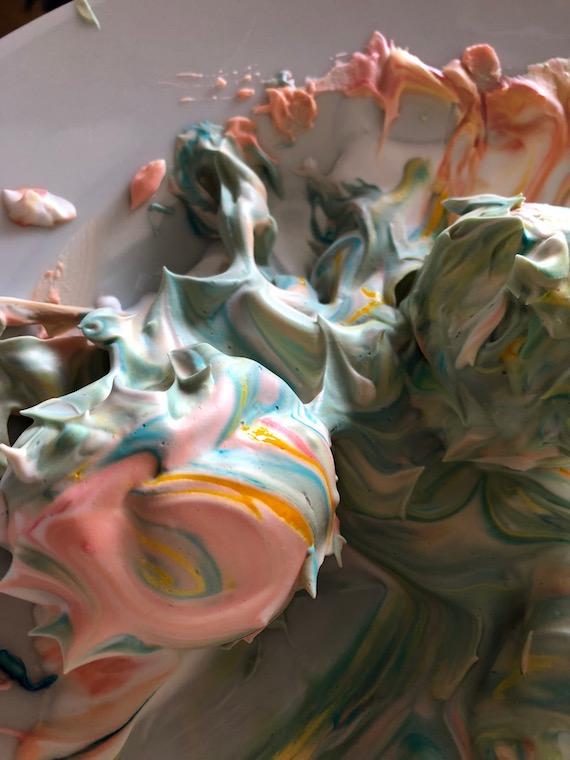 Marmorierte Ostereier mit Rasierschaum Eier voller Schaum